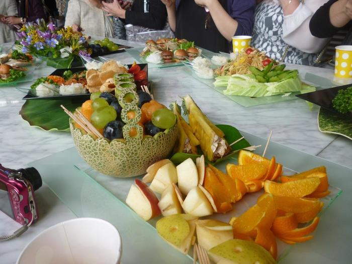 カービングしたメロンの器に盛ったフルーツ。デザートを食べるのがいっそう楽しいひとときに。