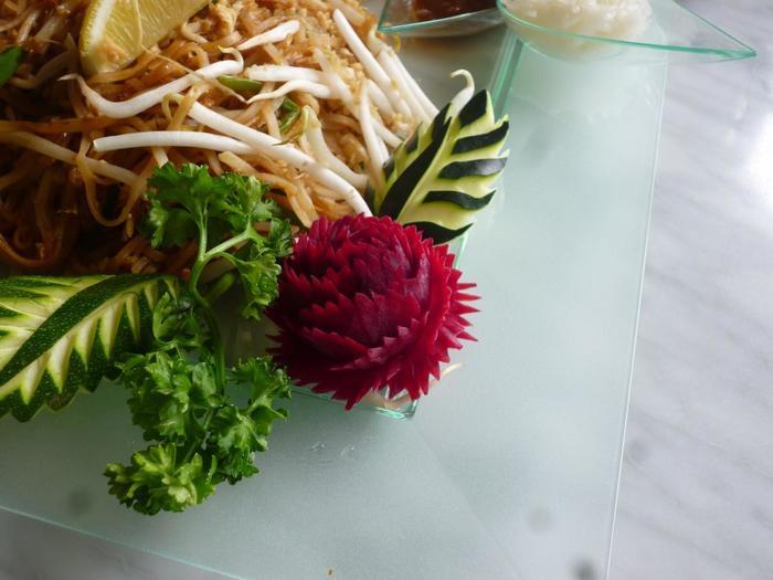 カービングした野菜は、生のまま料理の飾りとして使うことが多いのですが、少々茹でて、食べられるようにしてももちろんOKです。