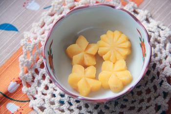 梅や菊の飾り切りは、簡単にできて和食を華やかにします。