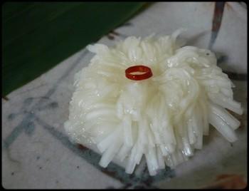 菊花かぶら。真っ白なかぶが、繊細な花びらの菊に大変身です。
