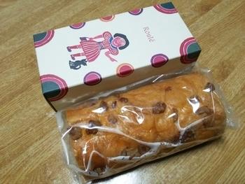 ロールケーキやパイなど洋菓子も大充実。こちらは、かしぐるみとアーモンドプラリネ入りの「ナッツロール」。パッケージのデザインも秀逸です。