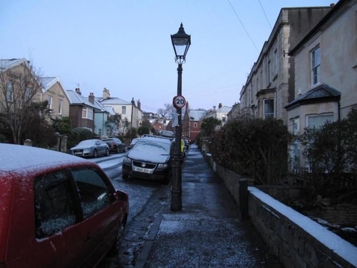 (画像提供:Courtesy of Mr. Benjamin Lainé)  路上に春先の雪がちらつく、イギリスの小さな街・ブリストル。2017年3月、ここで不思議なことが起きました。