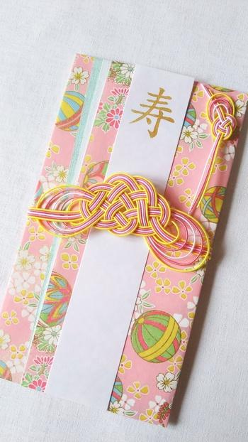 ピンクの友禅和紙がとても華やかな印象のご祝儀袋。COCORO-E'S GALLERYのご祝儀袋はひとつひとつ、丁寧にハンドメイドで作られたものばかりなんです。世界にひとつしかないご祝儀袋は、お祝いの席でとても喜ばれますね。