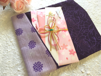 ご祝儀袋はそのままで持っていくと失礼になってしまいます。袱紗や風呂敷などに包むようにしましょう。祝儀と不祝儀では包み方が違います。祝儀では右側を重ねるように包みます。