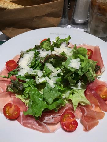 生ハムをたっぷりと使った「ランギラーノ」というサラダも定評のあるメニュー。スライスされたチーズとシャキシャキの野菜も相性抜群♪セットのパンに乗せて食べるのもおすすめですよ。