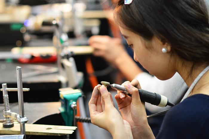 指輪やバングルなど、オリジナルのアクセサリーを作ることも出来ます。指輪の場合、2.5時間ほどで完成できるそうです。