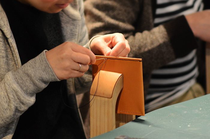 革小物を手作りするワークショップもあります。革をカットするところから始まり、手縫いで小物を仕上げていきます。