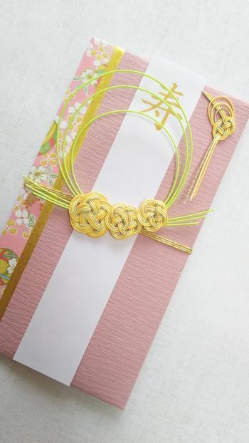 同じ友禅和紙を使っているのに、合わせる無地の紙の質感や水引の結び方などでまったく違う雰囲気のご祝儀袋に仕上がっています。お渡しする相手のことを想うと、どんなご祝儀袋を渡そうかとわくわくする気持ちが高まります。
