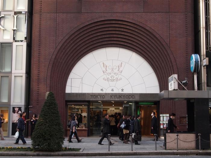 銀座の一等地、4丁目交差点にあるのがこちら、鳩居堂。 お香や書道用品、和紙製品を取り扱う1663年創業の老舗です。