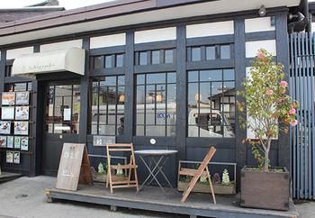 京王高尾線・高尾駅から約3分ほど歩いてJR高尾駅へ。JR高尾駅の改札脇にある人気のカフェ。地元八王子をはじめ、全国の「おいしいもの」「いいもの」がお店に並びます。