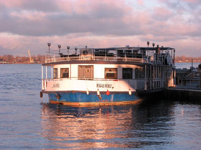 ダウガヴァ川が流れ込む港町リガは、古くから水上交易の要所として栄えていました。現在も、リガは、バルト海クルーズの拠点となっており、観光客を乗せたクルーズ船が行き交っています。