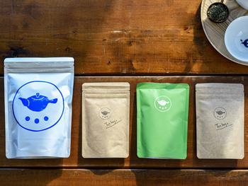 鹿児島県鹿児島市に店舗を構える「すすむ屋 茶店」。日々茶葉と向き合い、最高に美味しいお茶を作り続けるすすむ屋茶店の日本茶は気軽な贈り物におすすめです。シンプルでお洒落なパッケージにもときめきますね。  価格:540円~