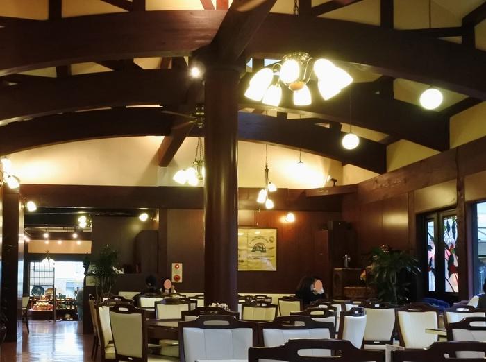 店舗は庭園に接し、外部にも広いテラス席が設けられています。「青龍苑」内には、イノダコーヒの他、料亭「京都 坂口」や「井筒八ツ橋本舗」、「京つけもの西利」等、京都の老舗店が入っています。