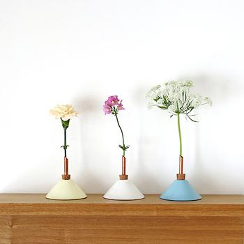一輪のお花をすっきりとカッコよく飾りたい。そんな願いをかなえてくれるのが、Scandinaviaform(スカンジナビアフォルム)の一輪挿しです。コルク栓に銅管をさしているので、お花がすらりと美しい立ち姿を見せてくれるのです。  価格:1,782円(ひとつ)