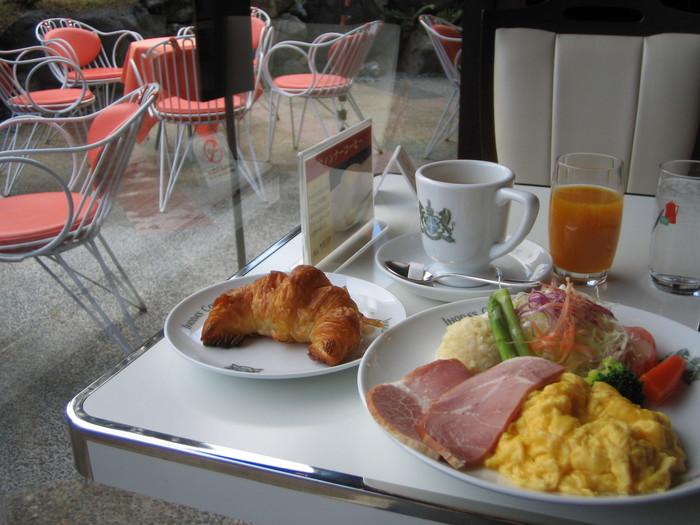 """「イノダコーヒ」といえば、創業以来の深煎りのブレンドコーヒー""""アラビアの真珠""""。一緒に頂くのは、サンドイッチやトースト。そして、モーニングセット。モーニングは、目が覚めるような爽やかなオレンジジュース付き。【画像は、開店から11時まで頂けるセットメニュー""""京の朝食""""。】"""