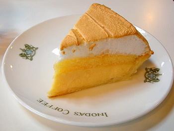 スウィーツメニューも豊富。ドイツ風のケーキ類の他、アイスパフェやクリームあんみつ等の甘味もあります。 【画像のケーキは、「レモンパイ」。】