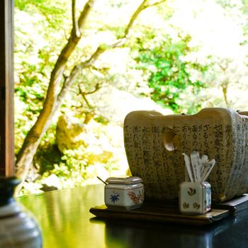 江戸初期創業の老舗精進料理店「総本家 ゆどうふ 奥丹清水」。客間からは、季節折々に目を楽しませる、600坪にも及ぶ広大な日本庭園が眺められます。