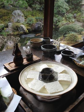 """自慢の庭の地下には、職人が腕をふるう豆腐工房があります。 """"昔どうふ""""で用いられるのは、滋賀県比良地方の契約農家の無農薬栽培や吟味された国内産大豆。仕込み水は滋賀県北比良の地下水を用い、天然のにがりも工房で独自に抽出しています。吟味された国内産大豆を使った""""おきまり""""の豆腐は、大豆の香りが高く、やわらかな食感を楽しめます。"""