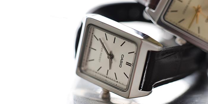 お洒落なブレスレットのような感覚で使えるカシオのスクエアケースレザーベルト腕時計。カジュアルにもエレガントにも使うことができる腕時計はひとつあると、装いのアクセントに便利ですね。  価格:4,320円
