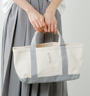 浅めでワイドなフォルムがキュートなトートバッグ。キャンバス地には老舗メーカー富士塩梅の帆布を使っており、とても丈夫です。毎日使いたくなるバッグはカラーバリエーションも豊富で、どれを贈ろうかとわくわくします。  価格:7,020円