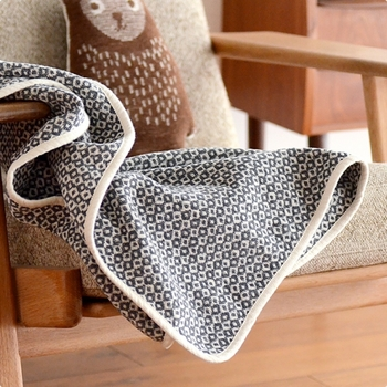 オーガニックコットンのシュニール糸で織られたクリッパンのブランケットは、手触りがよく、上質なブランケットであることが一目でわかる逸品です。こちらはミニサイズなので、ちょっと寒いなと感じたときにひざにかけたりするのにも便利です。  価格:8,640円