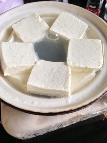 「奥丹清水」で頂くなら、ゆどうふのコース料理を。 コースは、創業以来代々当主へと伝えられた古代製法による豆腐を用いた「昔どうふ一通り」と、国内産大豆の豆腐を用いた「おきまり一通り」の二種類。