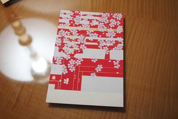 200柄以上あるというシルク刷りの和はがきは、目上の方へのお手紙やお礼状にもぴったり。季節に合わせて選びたいですね。 他にも、色とりどりの便箋、封筒などが並びます。