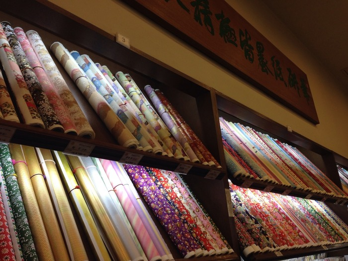 ずらりと並ぶ和紙はどれも美しく、何に使おうかとインスピレーションが刺激されます。