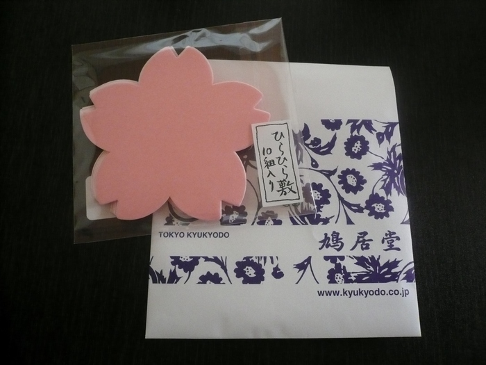 春の訪れを告げるような桜モチーフの半紙は、和菓子をちょこんとのせておもてなしに。和紙を使ったアイテムは、外国の方へのお土産にも人気だそう。 また、和の香りから洋の香りまで揃うお香も扱っています。