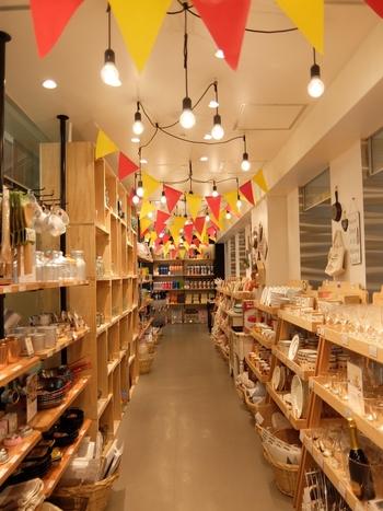 天井に飾られたフラッグにわくわく感が高まります。店内にはホームウェアやナチュラルなキッチングッズも豊富に揃い、あれもこれもと目移りしてしまうこと間違いなし!