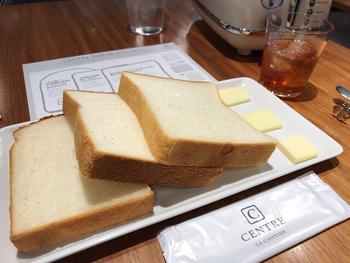 食パンの食べ比べのセットでは、3枚の種類の異なる食パンとバターの組み合わせで、焼く前&トーストで芳醇な小麦の風味を味わえます。
