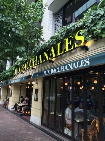 フランスの街角にやってきたかのような雰囲気を楽しめる「AUX BACCHANALES(オーバカナル)」。 9:00~23:00まで(金土は~23:30まで)営業しているので、昼はカフェやランチを、夜はお食事やお酒を楽しめる場として使い勝手のよいお店です。