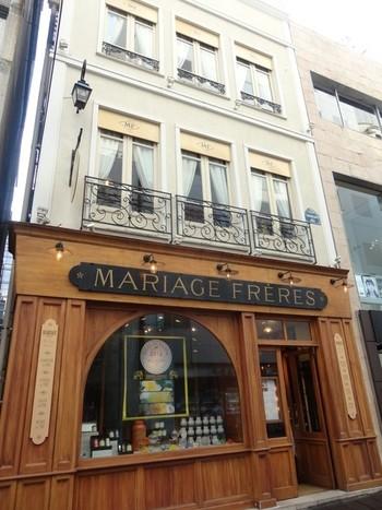 こちらのかわいらしいお店は、フランスの紅茶専門店「MARIAGE FRERES(マリアージュ フレール)」の日本1号店。ティールーム「サロン・ド・テ」が併設さています。