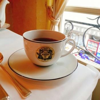 サロン・ド・テには、紅茶好きにはたまらない100種類以上のラインナップが。紅茶にぴったりなスイーツと一緒に楽しんで。