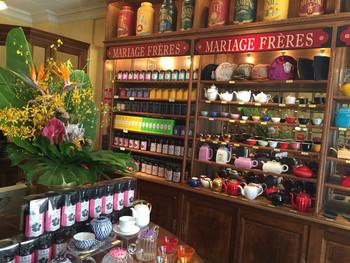 ショップには、世界約35カ国、約500種類以上のお茶がずらり。壁に並ぶ膨大な数の紅茶缶に圧倒されます。 また、マリアージュフレールオリジナルデザインの茶器やティーポットも揃うので、お土産やギフトにもおすすめですよ!