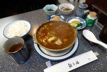 メニューはシチューとグラタンのみ。土鍋で提供されるシチューは、パンではなく白いごはんとお漬物、小鉢がついてくるのがうれしい。 歌舞伎座の役者さんたちも御用達だそうですよ。