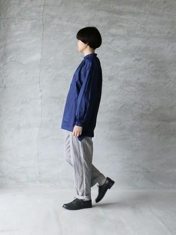ふんわりシルエットのネイビーシャツ×グレーパンツのコーデをおじ靴で引きしめて。