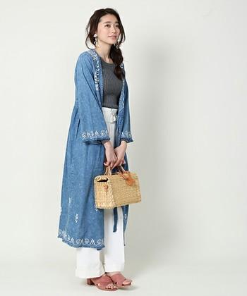 刺繍をあしらったデニムワンピースは、白のパンツと合わせて爽やかに。人気のデニムコート代わりに、また前を留めてワンピースとして、着回しの効くアイテムです。