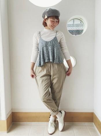 ホワイトのおじ靴+靴下で軽やかな春らしさを演出。ベレー帽やキャミソールで可愛らしさもミックス♪