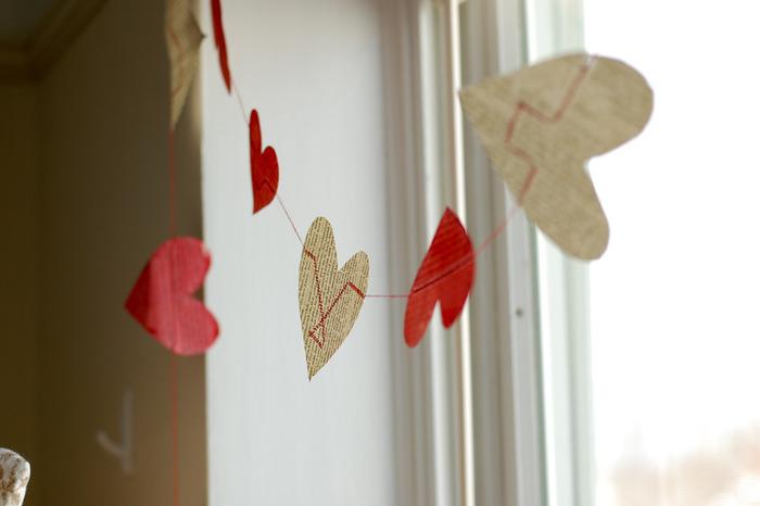 ハートを運命の赤い糸でつなぎあわせたような、ロマンティックなガーランド。どうやって作っているかというと…