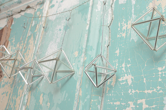 幾何学的な形が素敵なテラリウム、最近よく見かけますよね。おしゃれな存在感で、クリスマスパーティーとも相性◎ですよ♪1本の紐にたくさん吊るして重さは大丈夫なの?なんて思っちゃいますが…