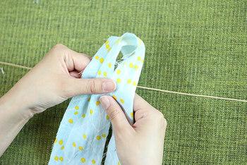 こちらはボンドも不要です。 細い帯状にした布を2つ折にして輪を作り、その中に麻紐を通してきゅっと結ぶだけ。これを好きな数だけ繰り返せば出来上がり!
