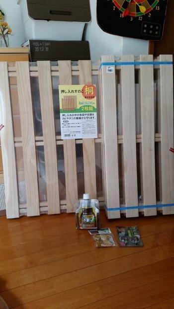 まずはすのこから。 板の枚数や幅など、ベランダの大きさに合わせて枚数を用意しましょう。連結されたすのこはそのまま敷くだけでOKなのでとても便利。連結を外し、木材としても使用できます。 床に敷く前に、防腐・防虫・防カビ効果のあるオルステインを塗ることをおすすめします。
