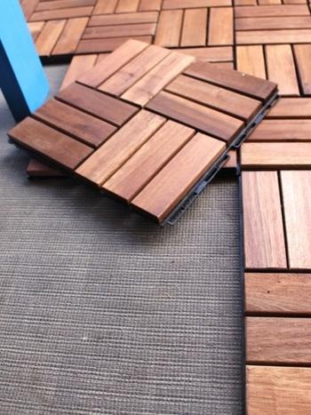 こちらはIKEAで人気のウッドパネル(フロアパネル)「RUNNEN」。幅約30cmと小さいため、必要な場所に必要な分だけ敷くことが出来ます。