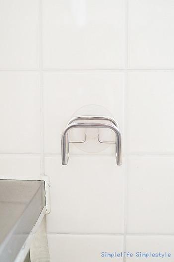 壁にペタッと貼り付け、そこにざるを引っかければ、あっさり問題解決です。