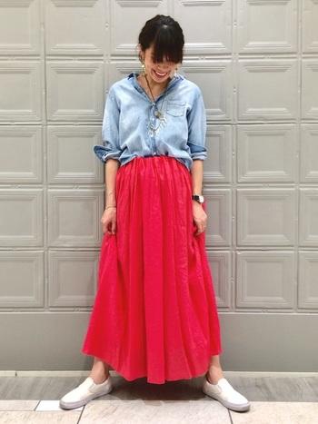 爽やかなブルーのシャツには、とびきり鮮やかなピンクのロングスカートで夏らしさを全開に。コーデ全体を中和してくれるような白のスリッポンで足元は優しくまとめましょう。