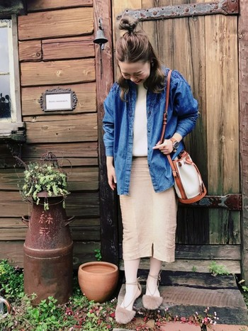 きちんと感の強いタイトスカートを、デニムシャツで程よくくずしたスタイル。個性のあるバッグやシューズを引き立たせる、デニムシャツの定番感も魅力です。