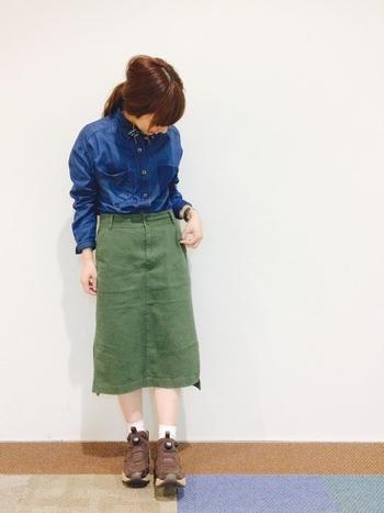 色落ち感のあるデニムシャツには、ウォッシュ加工のタイトスカートでテイストを揃えるのがポイント。カジュアルなデザイン、素材だからこそ、シャツは上までボタンを締めてフォーマル感をプラスして。