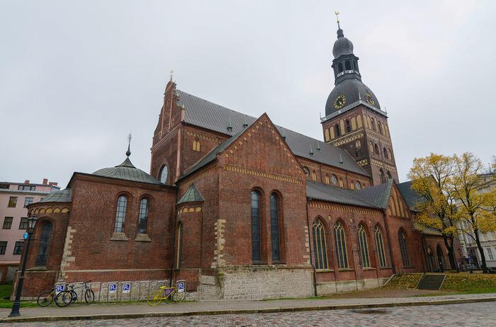 リガ大聖堂の歴史は古く、1211年に遡ります。僧正アルベルトが11世紀初頭に創建したリガ大聖堂は、何度も改築を繰り返され、18世紀後半に現在の姿となりました。