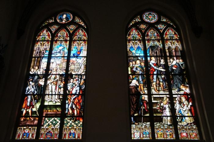 大聖堂内部にある美しいステンドグラスは必見です。これらのステンドグラスは19世紀にミュンヘンで作られたもので、リガの歴史が描かれています。